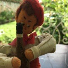 Muñeca española clasica: MUÑECO CELI DE FIELTRO, VESTIDO DE PAMPLONICA. AÑOS 50-60. Lote 169088860