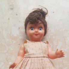 Muñeca española clasica: PEQUEÑA MUÑECA DE CELULOIDE O PLÁSTICO CON VESTIDO DE VERANO DE ÉPOCA. Lote 169746341