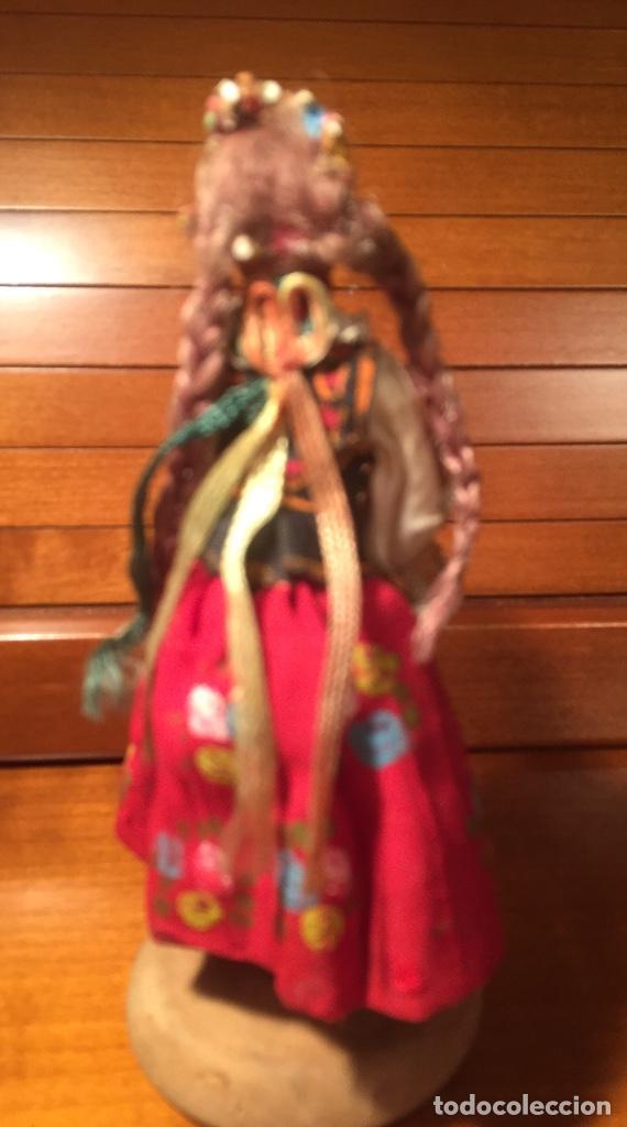 Muñeca española clasica: Interesante muy antigua muñeca parece toda madera con ropa todo detalle con peana 13cm - Foto 2 - 171745674