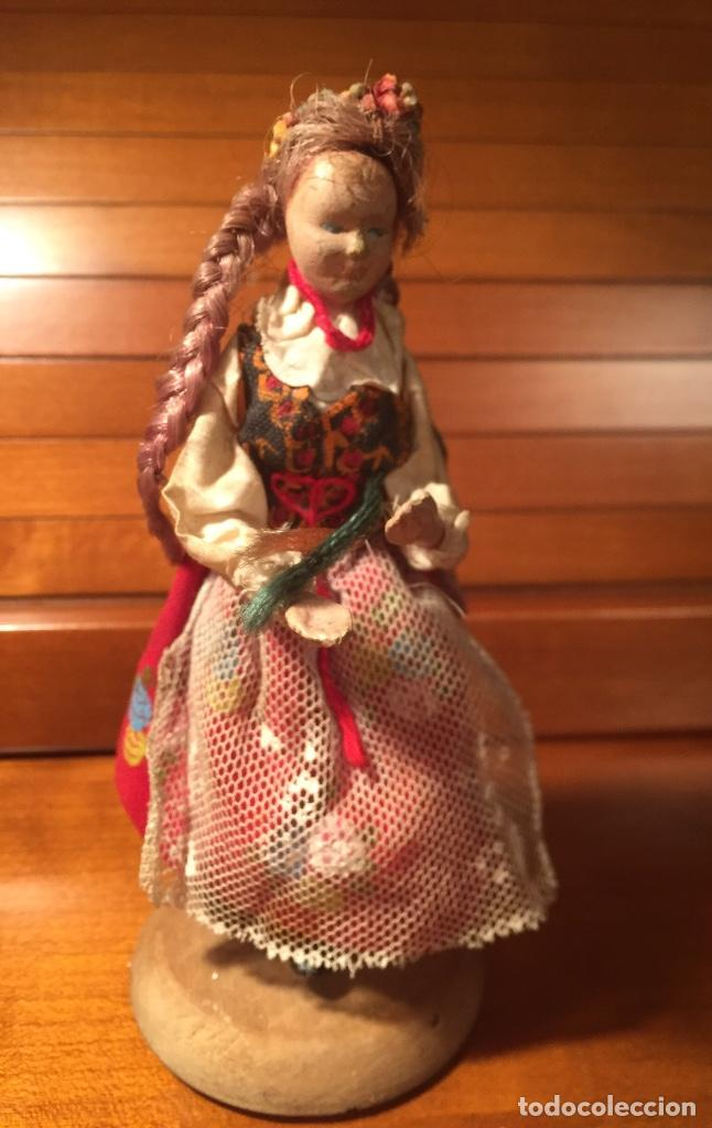 Muñeca española clasica: Interesante muy antigua muñeca parece toda madera con ropa todo detalle con peana 13cm - Foto 3 - 171745674
