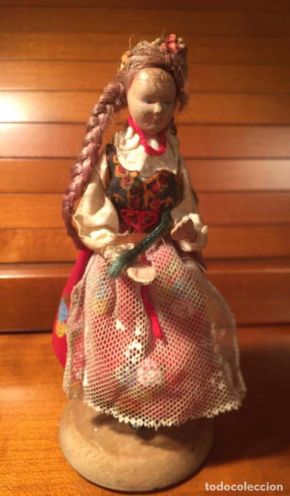 Muñeca española clasica: Interesante muy antigua muñeca parece toda madera con ropa todo detalle con peana 13cm - Foto 4 - 171745674