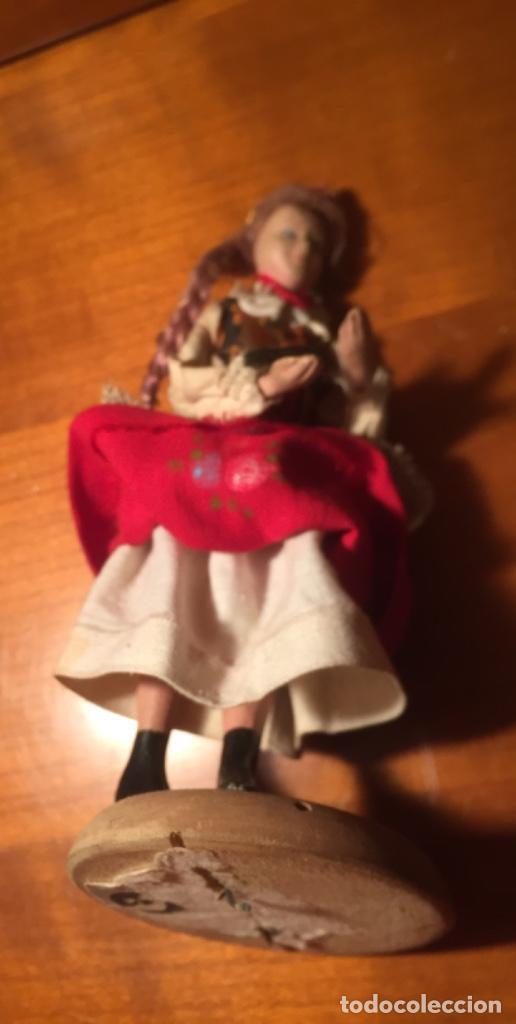 Muñeca española clasica: Interesante muy antigua muñeca parece toda madera con ropa todo detalle con peana 13cm - Foto 5 - 171745674
