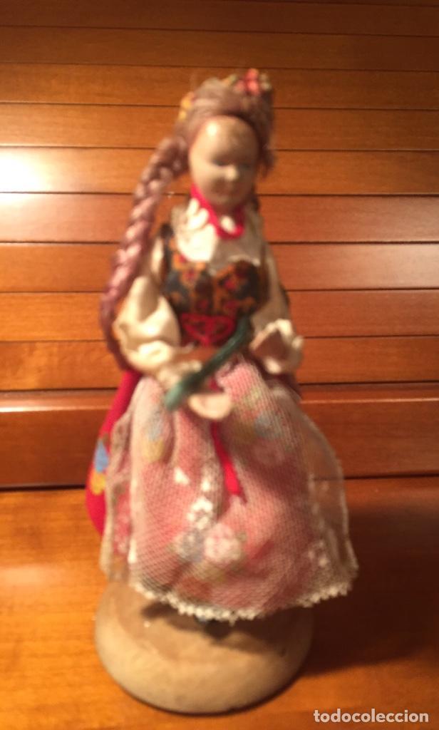 Muñeca española clasica: Interesante muy antigua muñeca parece toda madera con ropa todo detalle con peana 13cm - Foto 7 - 171745674