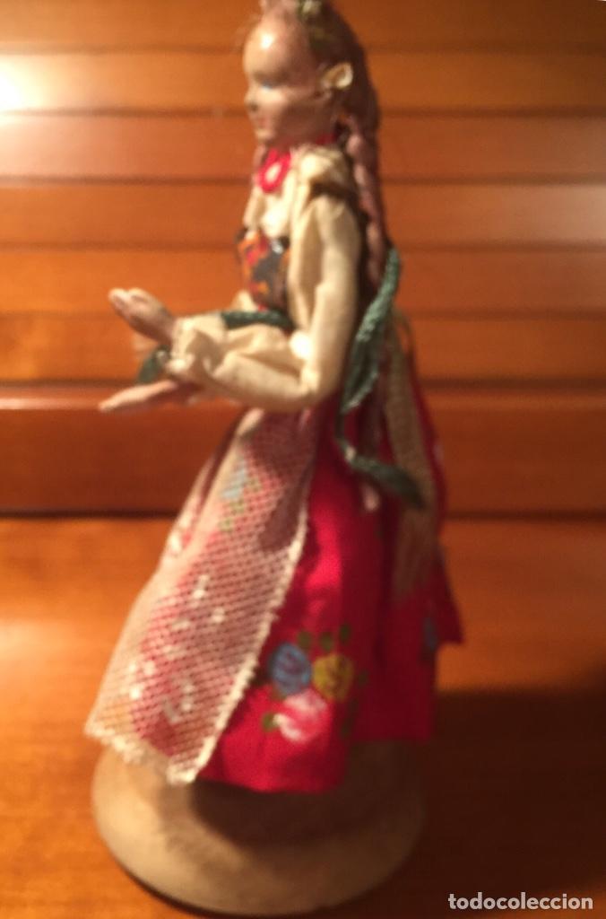 Muñeca española clasica: Interesante muy antigua muñeca parece toda madera con ropa todo detalle con peana 13cm - Foto 8 - 171745674