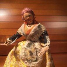 Muñeca española clasica: PEQUEÑA MUÑECA CON PEANA PRINCIPIOS SIGLO TODO DETALLE PRECIO MARCADO 40 PESETAS EN PEANA. Lote 171747222