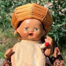 Muñeca española clasica: MUY ANTIGUO MUÑECO EN TERRACOTA CON SU ROPA, CHICHONERA Y SILLA ORIGINAL. OLOT. Lote 177715117