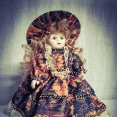 Muñeca española clasica: ANTIGUA MUÑECA DE PORCELANA, CAJA DE MUSICA.. Lote 184062161