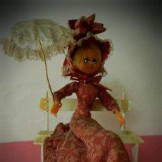 Muñeca española clasica: MUÑECA LAYNA SENTADA EN BANCO CON SOMBRILLA VESTIDO ROSA . Lote 194309442