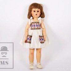 Muñeca española clasica: ANTIGUA MUÑECA ARTICULADA DE COMPOSICIÓN Y MADERA - OJOS DE CRISTAL - AÑOS 40-50. Lote 195299707