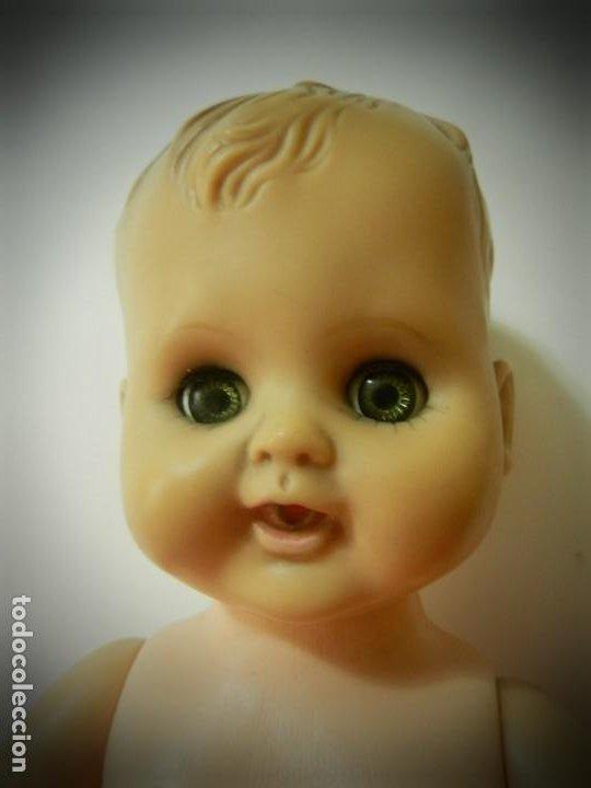 Muñeca española clasica: MUÑECO ANTIGUO CUERPO DE PLASTICO DURO, CABEZA DE GOMA. OJOS VERDES MARGARITA BASCULANTES. NUMERADO - Foto 2 - 195339440