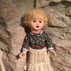 Muñeca española clasica: ANTIGUA MUÑECA ANDADOR DE CARTÓN PIEDRA DE LOS AÑOS 20-30 . Lote 195770471