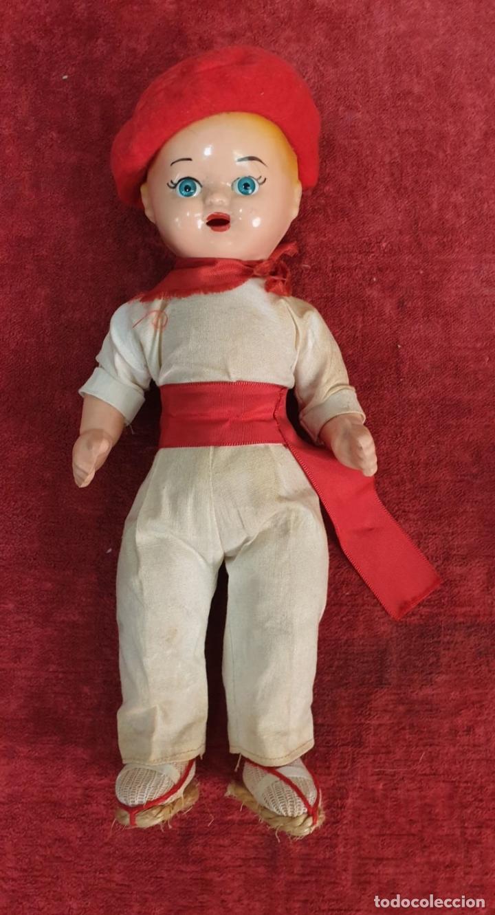 Muñeca española clasica: PAREJA DEMUÑECOS DE CLULOIDE. TRAJE REGIONAL DEL PAIS VASCO. CIRCA 1950. - Foto 3 - 198174887