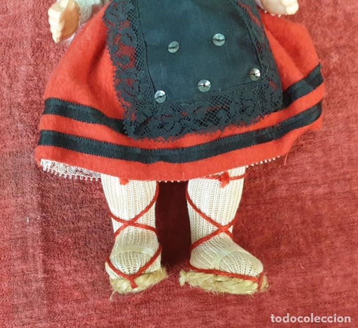Muñeca española clasica: PAREJA DEMUÑECOS DE CLULOIDE. TRAJE REGIONAL DEL PAIS VASCO. CIRCA 1950. - Foto 5 - 198174887