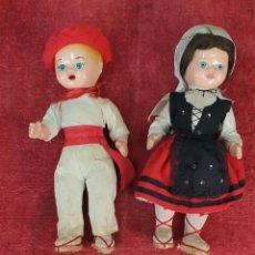 Muñeca española clasica: PAREJA DEMUÑECOS DE CLULOIDE. TRAJE REGIONAL DEL PAIS VASCO. CIRCA 1950. . Lote 198174887