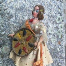 Muñeca española clasica: ANTIGUA MUÑECA TIPO ROMAN CON TRAJE REGIONAL VALENCIANO Y PAELLA EN LA MANO EN FIELTRO TRAPO - PAEL. Lote 199062423