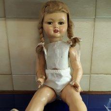 Muñeca española clasica: PRECIOSA MUÑECA DE CARTÓN PIEDRA AÑOS 40. Lote 199288986