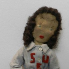 Muñeca española clasica: MUÑECA DE LOS AÑOS 40, DEL SINDICATO ESPAÑOL UNIVESITARIO- REALIZADA EN FIELTRO, LLEVA EL EQUIPO D. Lote 199329388