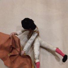 Muñeca española clasica: MUÑECO DE TRAPO .TORERO CON CAPOTE DE ROLDAN LAYNA. Lote 203217045