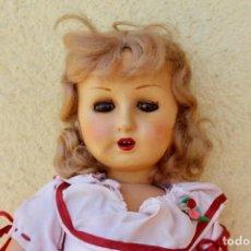 Muñeca española clasica: MUÑECA ANTIGUA ANDADORA- CUANDO MUEVES LAS PIERNAS MUEVE UN BRAZO - 46 CM. Lote 205284721