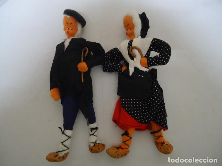 ANTIGUA PAREJA DE MUÑECOS VASCOS CON PARAGUAS. AÑOS 50-60 --- 8 (Juguetes - Otras Muñecas Españolas Clásicas (Hasta 1.960))