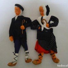 Muñeca española clasica: ANTIGUA PAREJA DE MUÑECOS VASCOS CON PARAGUAS. AÑOS 50-60 --- 8. Lote 205468243