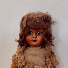 Muñeca española clasica: MUÑECA ANTIGUA ANDADORA- CUANDO MUEVE LAS PIERNAS MUEVE LA CABEZA LATERALMENTE- 65 CM. Lote 206240222