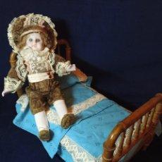Muñeca española clasica: MUÑECO DE RAMON INGLES DE 35 CM CON CAMA DE MADERA MUY ANTIGUA.. Lote 219018970