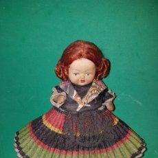 Muñeca española clasica: PRECIOSA Y ANTIGUO MUÑECO DE BARRO AÑOS 1950 CON ROPA ORIGINAL. Lote 220579708
