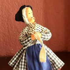 Muñeca española clasica: MUÑECA TEJIENDO DE ROLDAD DE 15 CM. EN BUEN ESTADO CON TODO DETALLE. Lote 220669423