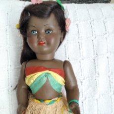 Muñeca española clasica: ANTIGUA Y PRECIOSA HAWAIANA NEGRITA EN CARTÓN PIEDRA. Lote 221784617
