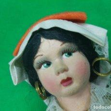 Muñeca española clasica: MUY ANTIGUA MUÑECA CON LA CARA EN PASTA DE PORCELANA- BONITOS BORDADOS. Lote 224810297