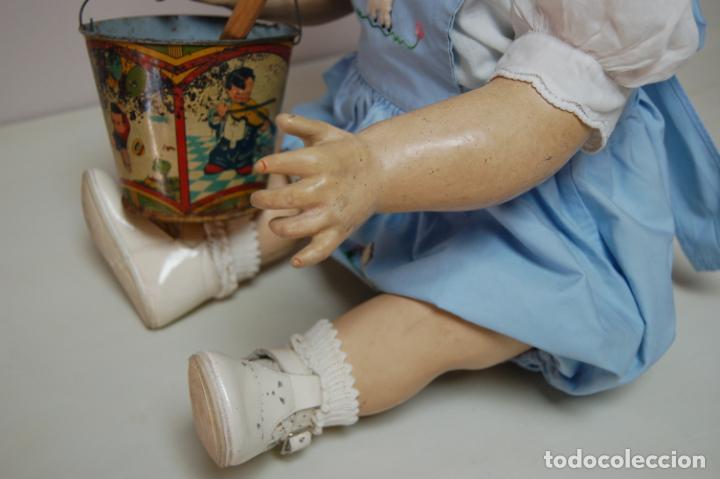 Muñeca española clasica: muñeca de composición con cubo y pala de lata - Foto 5 - 238397830