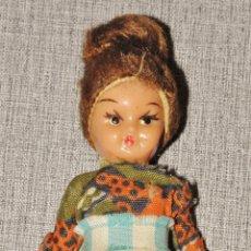 Muñeca española clasica: MUÑECO MUÑECA PEQUEÑO ARTICULADO OJOS PINTADOS FIJOS AÑOS 50/60. Lote 241547610