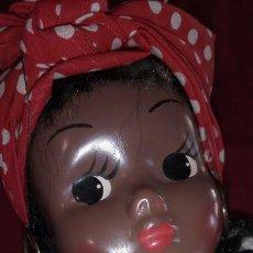 Muñeca española clasica: MUÑECA NEGRA AÑOS 50 CUERPO TELA RELLENO PRIETO, CARA DE MATERIAL RASGOS PINTADOS. Lote 247095065