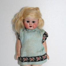 Muñeca española clasica: ANTIGUA MUÑECA DE CARTON PIEDRA BOCA ABIERTA Y OJOS DE CRISTAL - MIDE 20 CMS. Lote 249558230