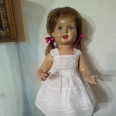 Boneca espanhola clássica: MUÑECA CARTÓN PIEDRA TIPO VIVIANA.ALGUNOS DEFECTOS DE PINTURA TAL COMO SE APRECIA EN LAS FOTOS.. Lote 254684515