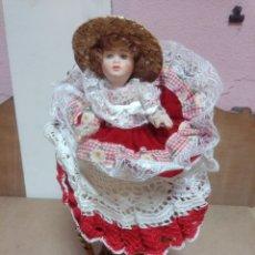Muñeca española clasica: MUÑECA CON SILLA DE MIMBRE. Lote 264969684