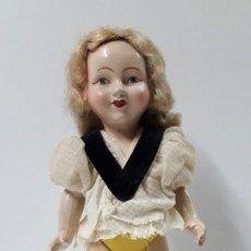 Muñeca española clasica: BONITA Y ANTIGUA MUÑECA . REALIZADA EN PLASTICO RIGIDO . MEDIDA DE ALTURA 26,5 CM. Lote 265683104
