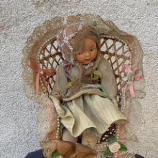 Bambola spagnola classica: MUÑECA GALLEGA COMPOSICION PORCELANA SILLA MIMBRE BAZAR DE PEPE LA CORUÑA ZUECOS MADERA 29X13CMS. Lote 265787884