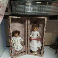 Muñeca española clasica: ANTIGUO BAÚL CON 2 MUÑECAS DE CELULOIDE AÑOS 50. Lote 279456798