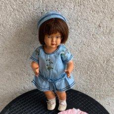 Muñeca española clasica: MUÑECA AÑOS 50 60 OJOS VIDRIO PINTADA MANO ABRIGO ROSA COMPOSICION 32X13X7CMS. Lote 287552388