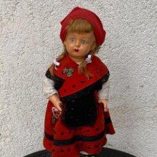 Muñeca española clasica: MUÑECA ANTIGUA VESTIMENTA REGIONAL GALICIA GALLEGA VESTIDO OJOS VIDRIO PINTADA MANO 37X14X8CMS. Lote 287555013