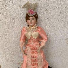 Muñeca española clasica: MUÑECA PORCELANA VESTIDO EPOCA SEDA ROSA ENCAJE PUNTILLA OJOS VIDRIO PINTADA MANO 47X17X10CMS. Lote 287558983