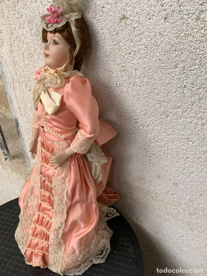 Muñeca española clasica: MUÑECA PORCELANA VESTIDO EPOCA SEDA ROSA ENCAJE PUNTILLA OJOS VIDRIO PINTADA MANO 47X17X10CMS - Foto 3 - 287558983
