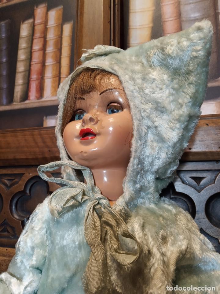 Muñeca Gisela: Muñeca Lily hermana de Gisela. Precioso traje con capucha. Carmen Cervera Giralt. Años 40. - Foto 2 - 182710670