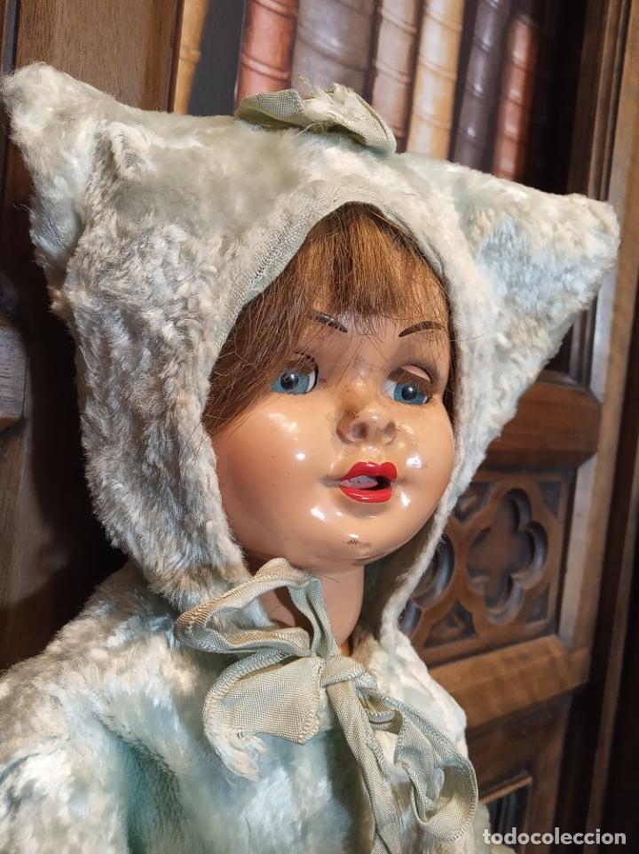 Muñeca Gisela: Muñeca Lily hermana de Gisela. Precioso traje con capucha. Carmen Cervera Giralt. Años 40. - Foto 3 - 182710670