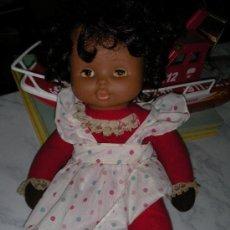 Muñecas Lesly y Barriguitas: ANTIGUA MUÑECA MORENA DE FAMOSA A CUERDA. Lote 32917345