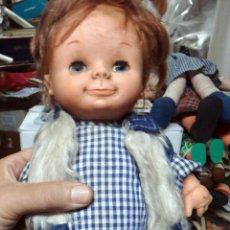 Muñecas Lesly y Barriguitas: MUÑECO DE FAMOSA , GOMA , CON ROPA AZUL VERDE , ORIGINAL. Lote 51930786