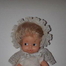 Muñecas Lesly y Barriguitas: ANTIGUA MUÑECA BARRIGUITAS DE FAMOSA CON VESTIDO Y GORRO BAUTIZO. Lote 152763294