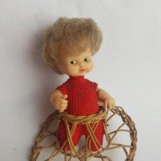 Muñecas Lesly y Barriguitas: MUÑECA BARRIGUITAS CON ANDADOR DE MIMBRE Y BOTAS BLANCAS. Lote 214679697